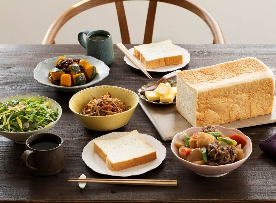 食卓の中心に食パン